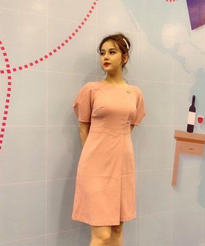 Đầm suông cổ thuyền tay phồng với phần chân váy đắp chéo màu hồng