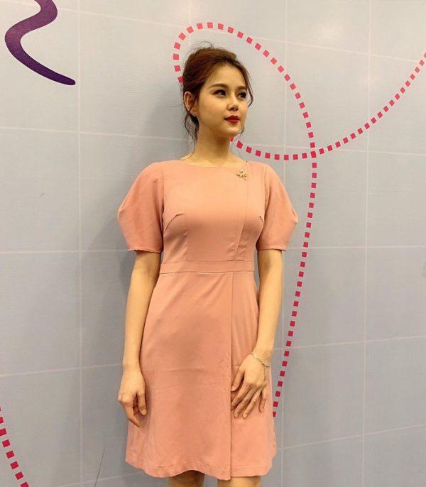 Đầm suông cổ thuyền tay phồng với phần chân váy đắp chéo màu hồng hình 2