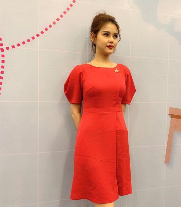 Đầm suông cổ thuyền tay phồng với phần chân váy đắp chéo màu đỏ