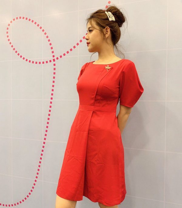 Đầm suông cổ thuyền tay phồng với phần chân váy đắp chéo màu đỏ hình 2