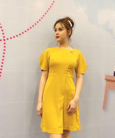 Đầm suông cổ thuyền tay phồng với phần chân váy đắp chéo màu vàng hình 1