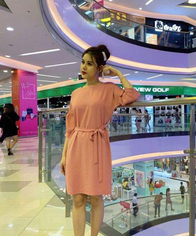 Đầm suông form rộng cổ thuyền tay lửng phối thắt nơ eo màu hồng hình 1