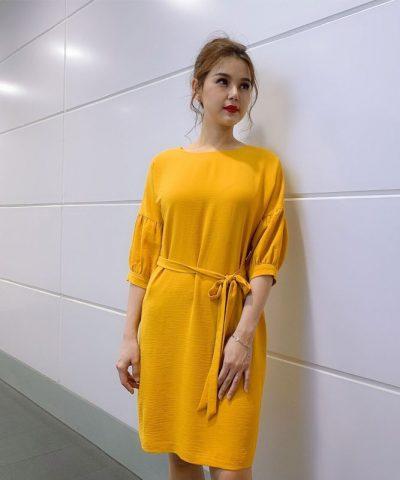 Đầm suông form rộng cổ thuyền tay lửng phối thắt nơ eo màu vàng