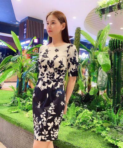Đầm suông thiết kế cổ tròn tay lửng với họa tiết hoa lạ mắt hình 1