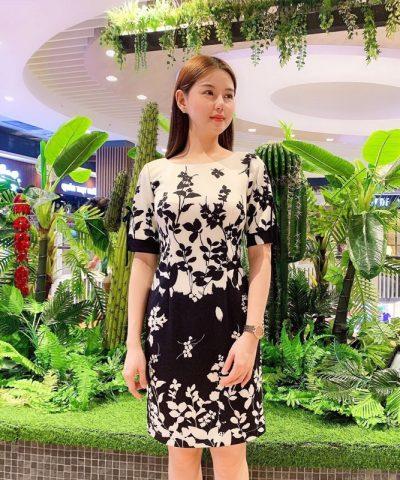 Đầm suông thiết kế cổ tròn tay lửng với họa tiết hoa lạ mắt