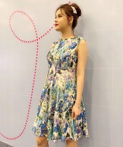 Đầm xòe thiết kế cổ thuyền sát nách với họa tiết hoa lớn sắc màu dịu dàng hình 2
