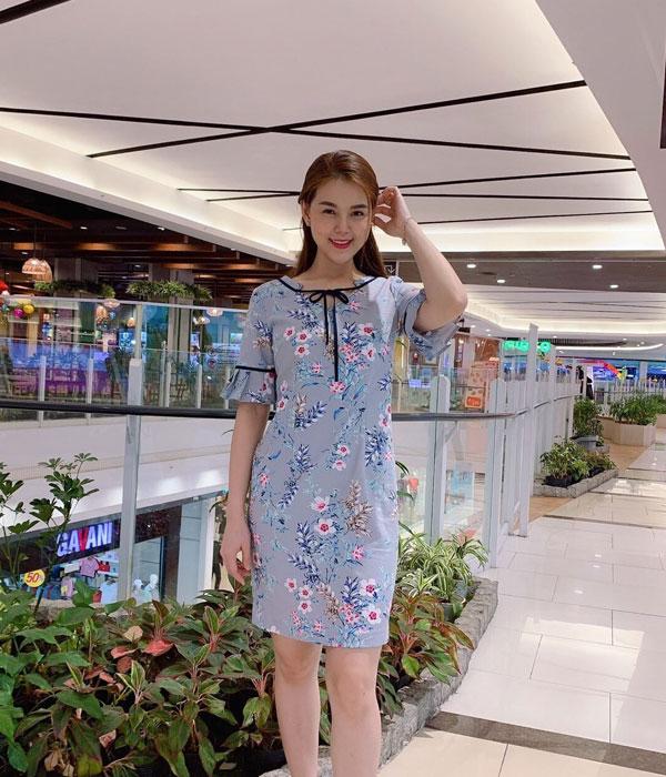 Đầm suông họa tiết hoa với phần tay phối bèo và cổ áo thắt nơ