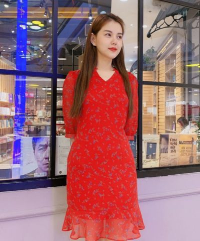 Đầm ôm cổ chữ V phối bèo ở phần váy sắc đỏ tươi trẻ hình 2