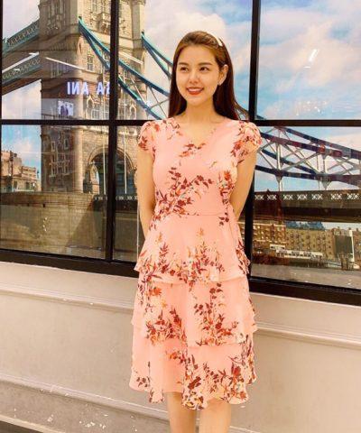Đầm xòe 3 tầng họa tiết cổ chữ V hồng cam nổi bật, trẻ trung hifnh 3