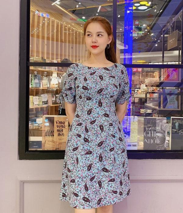 Đầm xòe màu xanh lơ họa tiết hoa cổ thuyền với 2 tay áo thắt nơ hình 1