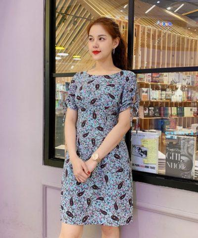 Đầm xòe màu xanh lơ họa tiết hoa cổ thuyền với 2 tay áo thắt nơ hình 2