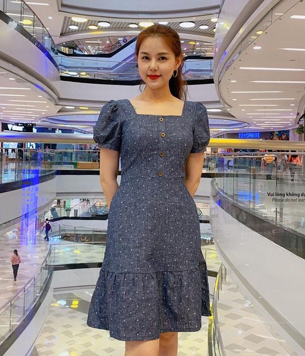 Đầm xòe xanh xám chấm bi cổ vuông tay phồng phối nút ở thân