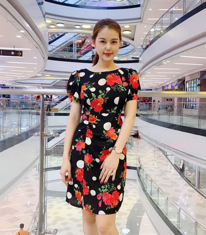 Đầm xòe nhẹ họa tiết hoa đỏ chấm bi trắng với phần rút ở chân váy