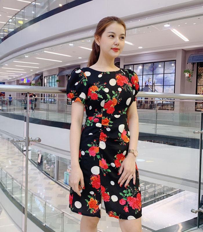 Đầm xòe nhẹ họa tiết hoa đỏ chấm bi trắng với phần rút ở chân váy hinh 2
