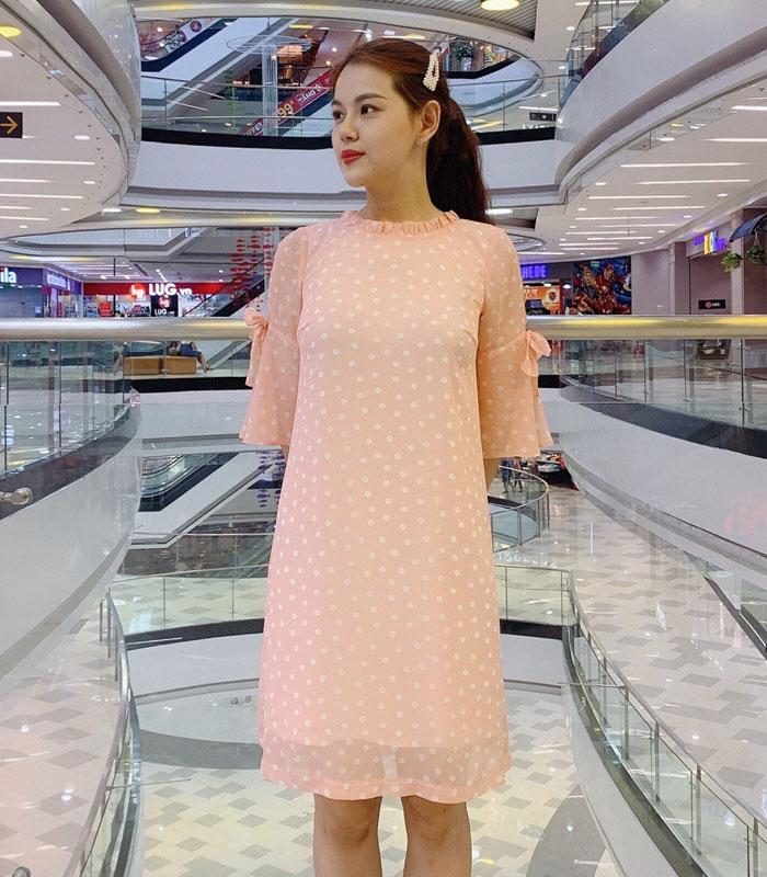 Đầm form suông rộng cổ trụ kiểu tay lửng phối nơ sắc hồng chấm bi