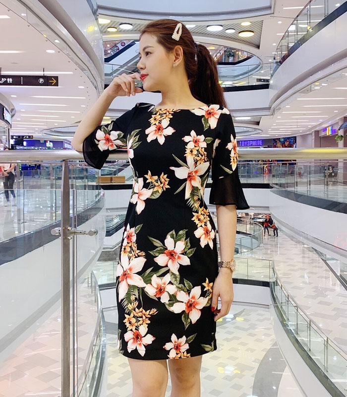 Đầm suông cổ vuông tay lửng cách điệu sắc đen họa tiết hoa bản lớn
