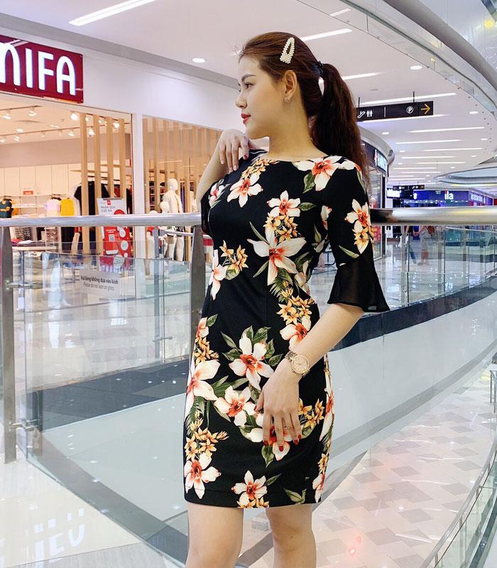 Đầm suông cổ vuông tay lửng cách điệu sắc đen họa tiết hoa bản lớn hinh 2