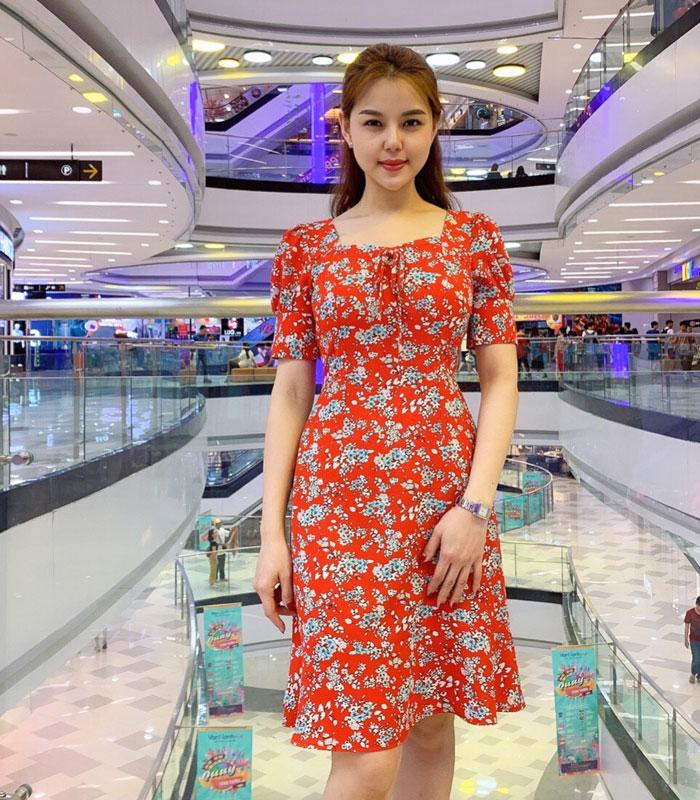 Đầm suông cổ vuông với phần tay phồng phối viền lớn sắc đỏ họa tiết hoa hinh 3