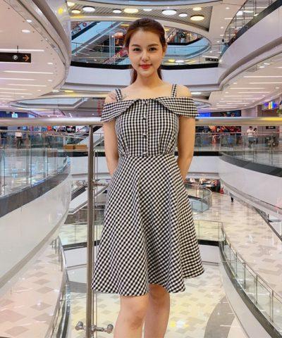 Đầm xòe caro trắng đen 2 dây với phần tay áo cách điệu trễ vai
