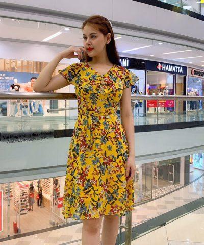 Đầm xòe cổ rũ cánh tiên sắc vàng họa tiết hoa lá phối eo thắt nơ hình 1
