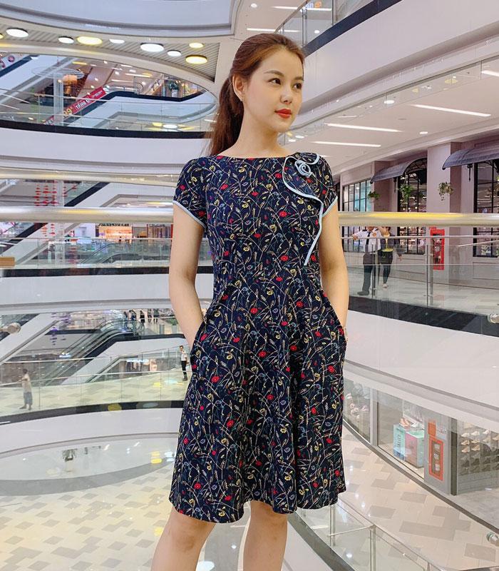 Đầm xòe xanh đen họa tiết hoa phối viền với phần cách điệu ở thân áo