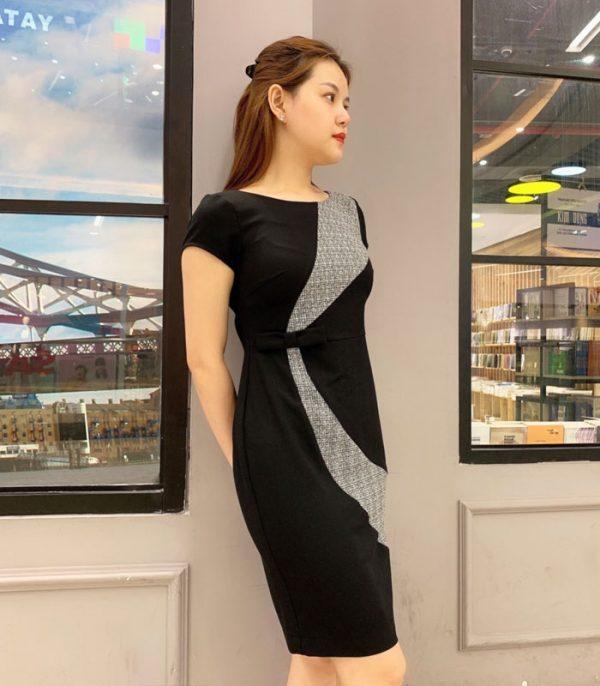 Đầm suông đen nổi bật với phần vòng cung caro và eo phối nơ xinh hinh 1
