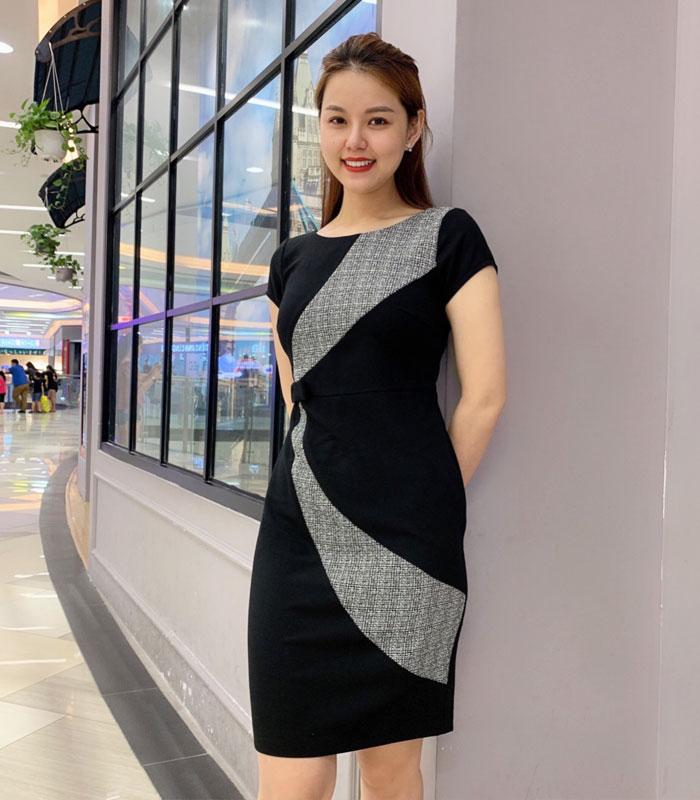 Đầm suông đen nổi bật với phần vòng cung caro và eo phối nơ xinh hinh 2