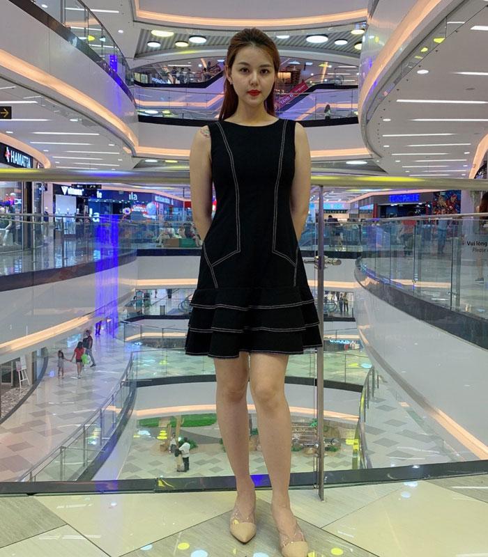 Đầm suông sát nách phối xoè 3 tầng ở chân váy chỉ nổi nổi bật hình 1