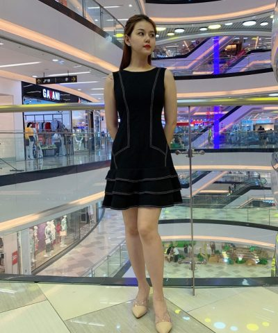 Đầm suông sát nách phối xoè 3 tầng ở chân váy chỉ nổi nổi bật hình 2