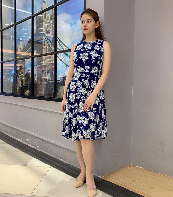 Đầm xòe sát nách xanh đậm họa tiết hoa trắng hình 1