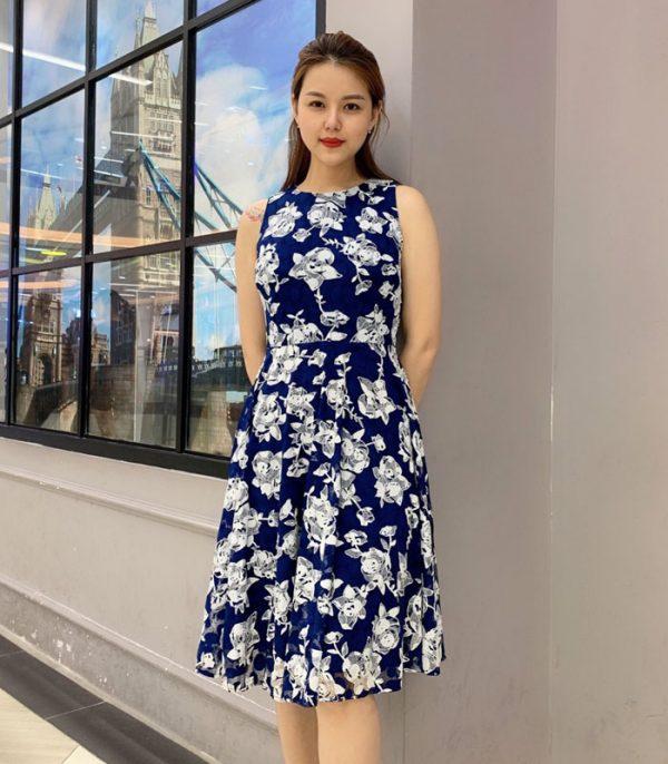 Đầm xòe sát nách xanh đậm họa tiết hoa trắng hình 2