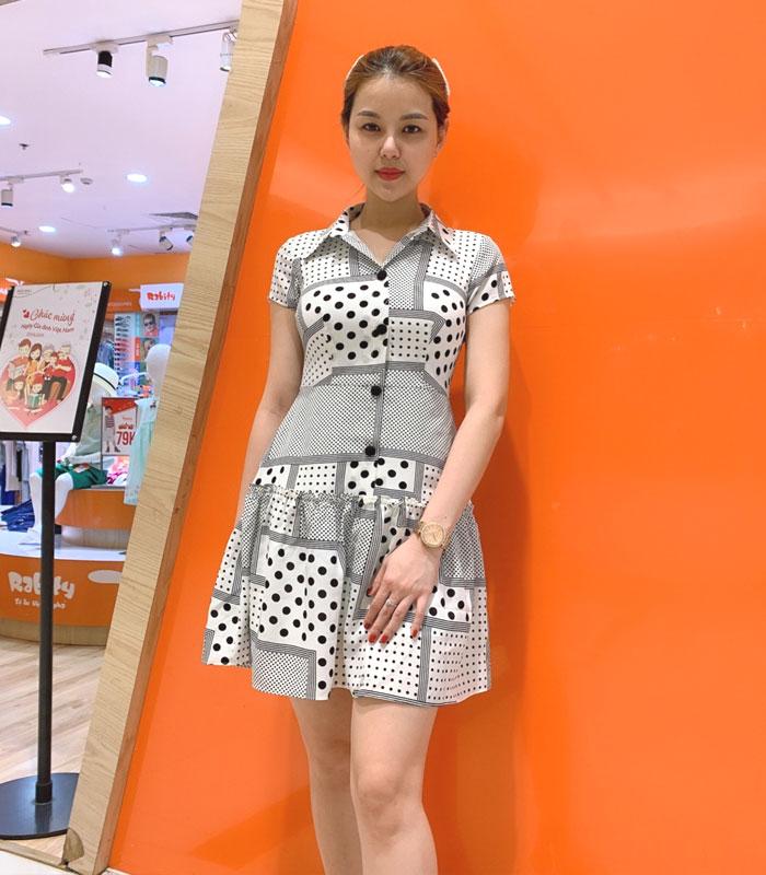 Đầm sơ mi sắc trắng cách điệu với phần váy xòe phối bèo mối nối hình 1