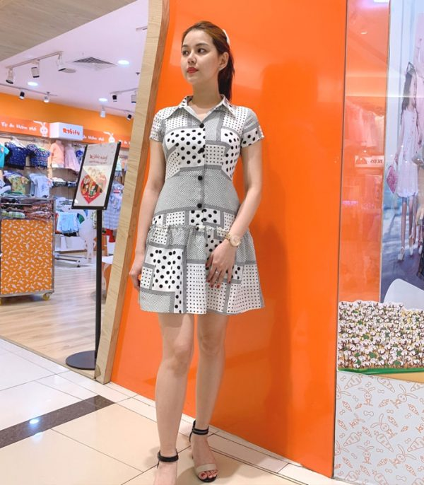 Đầm sơ mi sắc trắng cách điệu với phần váy xòe phối bèo mối nối hình 2