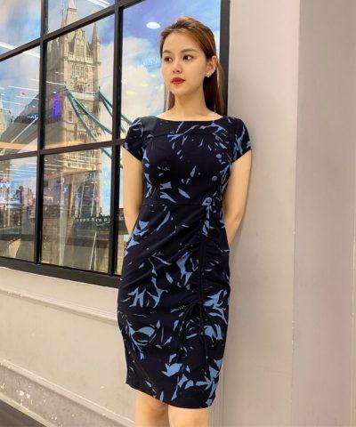 Đầm suông cổ thuyền cách điệu với dây rút ở phần váy hình 1