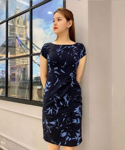Đầm suông cổ thuyền cách điệu với dây rút ở phần váy hình 2