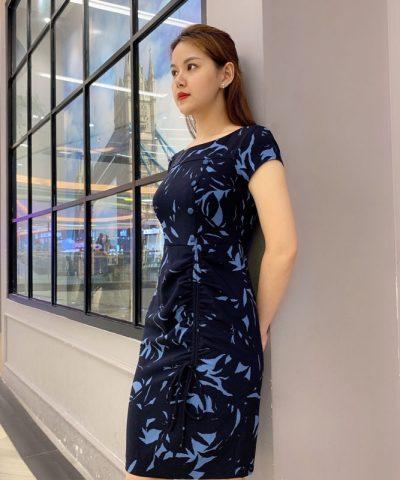 Đầm suông cổ thuyền cách điệu với dây rút ở phần váy hình 3