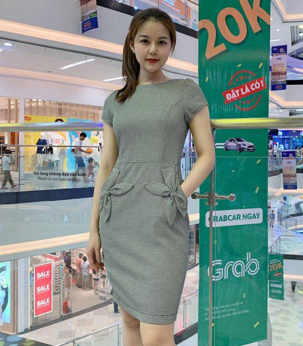 Đầm suông công sở nổi bật với 2 túi phối hoa xinh xắn hình 1