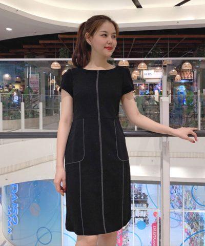 Đầm đen chữ A cách điệu với viền trắng phối túi bắt mắt hình 1