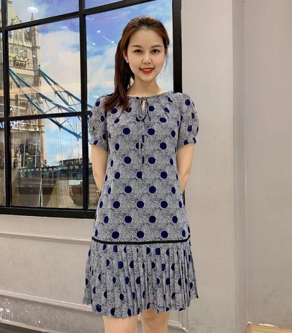 Đầm suông chấm bi phối xếp ly tùng váy với phần cổ rút nơ