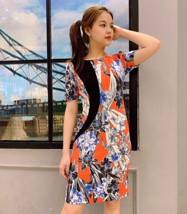 Đầm ôm thiết kế với sắc màu cá tính, nổi bật với sắc đen trên đầm hinh 1