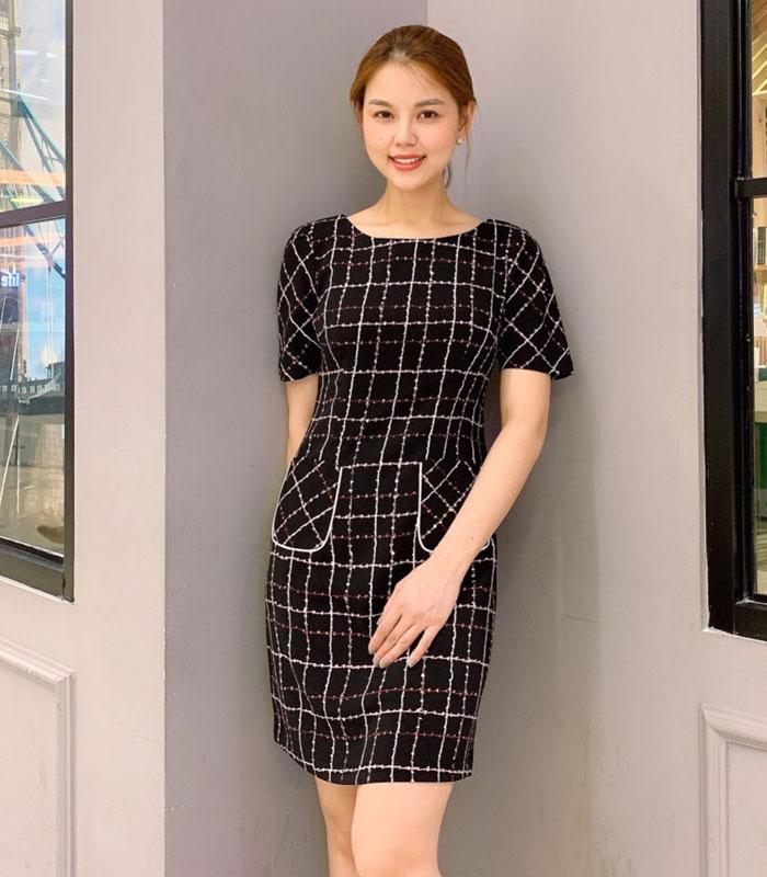 Đầm suông đen họa tiết caro phối 2 túi trước váy hình 1