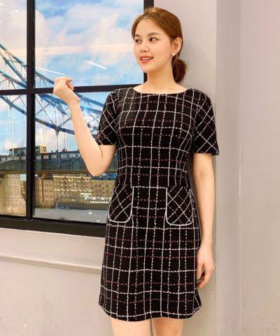 Đầm suông đen họa tiết caro phối 2 túi trước váy hình 2