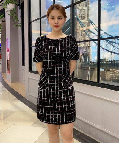 Đầm suông đen họa tiết caro phối 2 túi trước váy hình 3