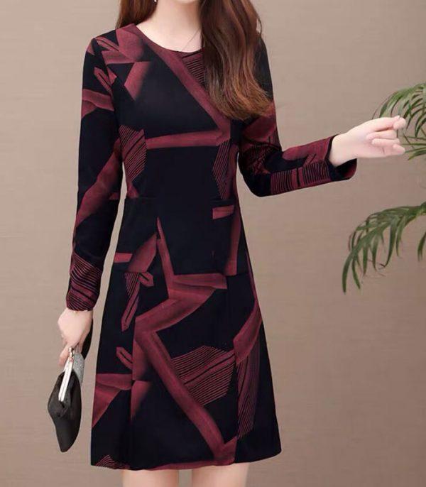 Đầm suông đen họa tiết đỏ lạ mắt tay dài cổ tròn phối 2 túi hinh 1