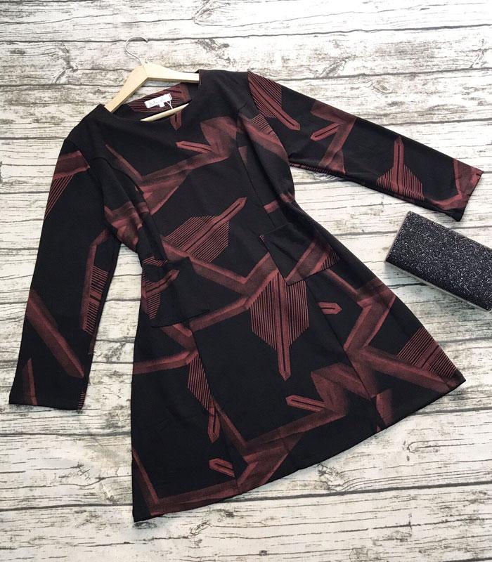 Đầm suông đen họa tiết đỏ lạ mắt tay dài cổ tròn phối 2 túi hình 2