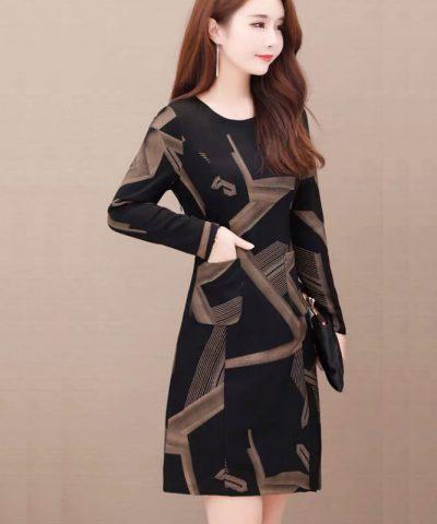 Đầm suông đen họa tiết vàng lạ mắt tay dài cổ tròn phối 2 túi hình 3