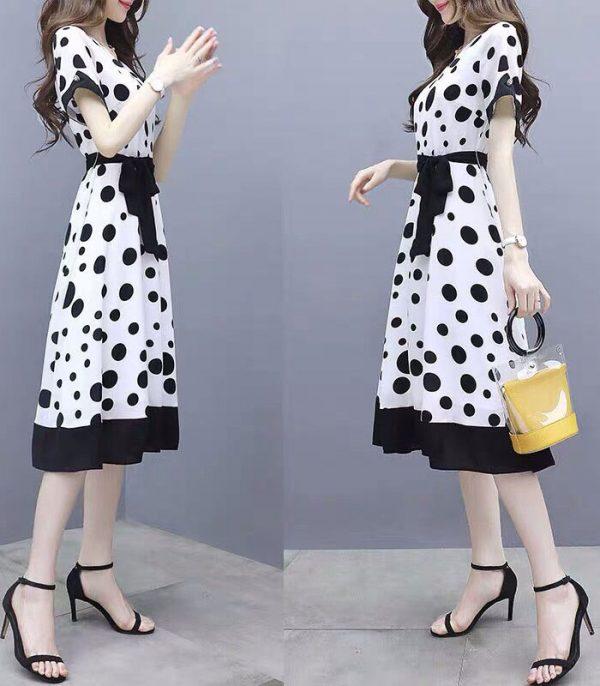 Đầm trắng xòe cổ tròn tay ngắn chấm bi đen kèm thắt lưng hình 4
