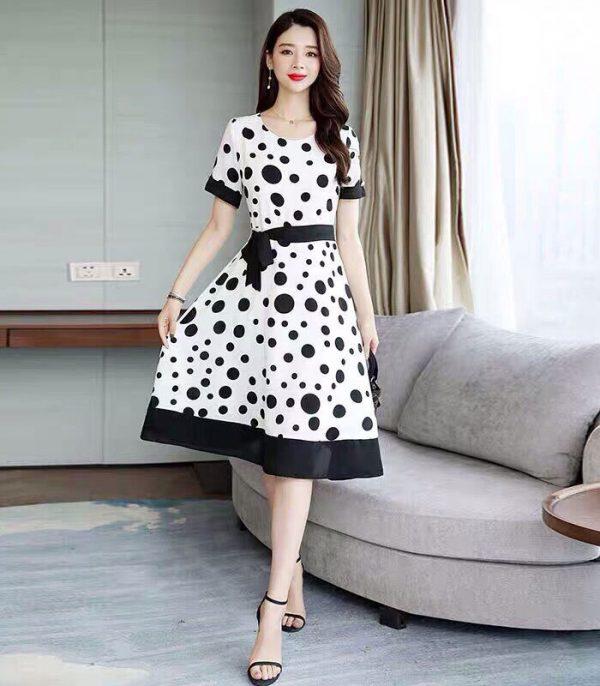 Đầm trắng xòe cổ tròn tay ngắn chấm bi đen kèm thắt lưng hình 3