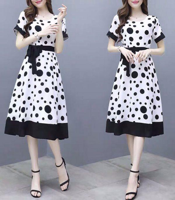 Đầm trắng xòe cổ tròn tay ngắn chấm bi đen kèm thắt lưng hình 6