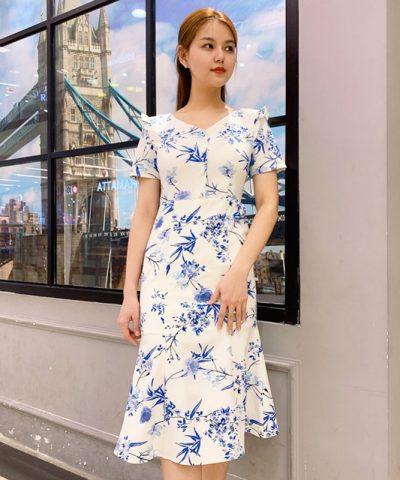 Đầm cổ V hơi đuôi cá phối nút và bèo ở cổ tay sắc trắng họa tiết xanh hình 1
